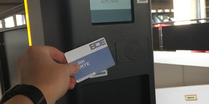 Kontaktlose Dauerparkkarte zur Ein-/Ausfahrt